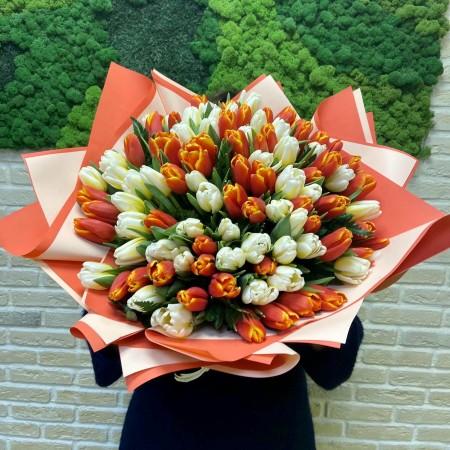 Букет из 101 тюльпана с декоративной зеленью