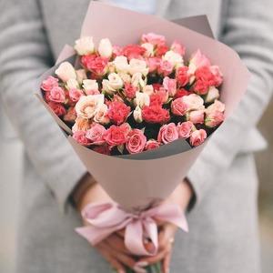 Маленький букет из кустовых роз и других цветов