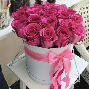 Букет роз в шляпной коробке и другие цветы